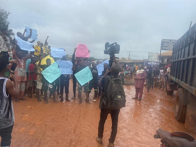 Residents protest slow pace of Ekenwan Road construction